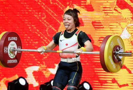 女子49キロ級 ジャークで105キロに失敗し、舌を出す三宅宏実=アシガバート(共同)