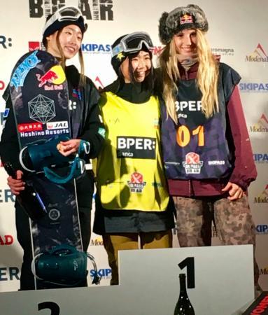 スノーボードW杯のビッグエア女子で優勝した岩渕麗楽(中央)と2位の鬼塚雅(左)=モデナ(共同)
