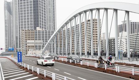 暫定開通した「環状2号線」のうちの築地大橋の上の道路=4日午後、東京都中央区
