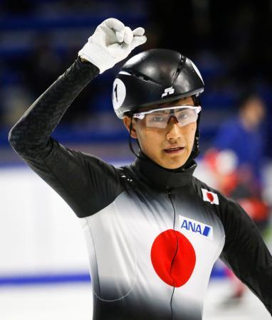 男子1500メートルで優勝し、ガッツポーズの吉永一貴=カルガリー(AP=共同)