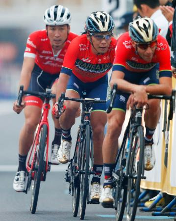 ツール・ド・フランスさいたまクリテリウムのメインレースで3位の新城幸也(中央)と5位の別府史之(左)=さいたま新都心駅周辺特設コース