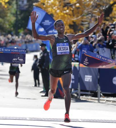 優勝し喜ぶレリサ・デシサ(エチオピア)=4日、ニューヨーク(AP=共同)