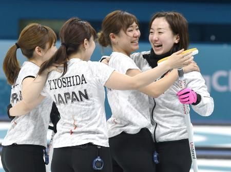 2018年2月、平昌五輪カーリング女子3位決定戦で銅メダルを獲得し、抱き合って喜ぶ(右から)藤沢、吉田知ら