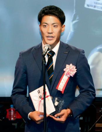 スポーツや音楽の発展に取り組む人材に贈られる賞の授賞式に出席した山県亮太=6日、東京都内