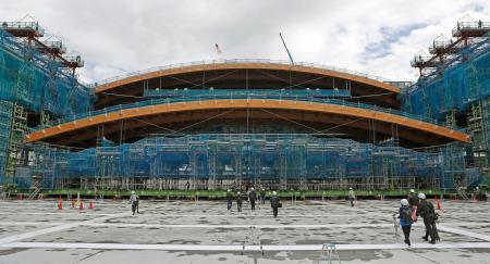 有明体操競技場の建設現場で、報道陣に公開された屋根のはりの設置作業=7日午前、東京都江東区