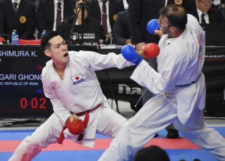 イラン選手と対戦する西村拳(左)=マドリード(共同)