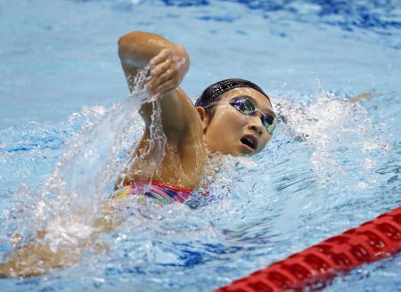 競泳W杯の公式練習で調整する池江璃花子=東京辰巳国際水泳場