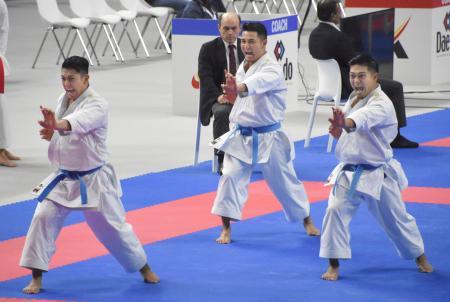 男子団体形準決勝 演武する(左から)喜友名、金城、上村=マドリード(共同)