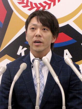 海外FA権を行使せず、日本ハム残留を表明した宮西=9日、札幌市内の球団事務所
