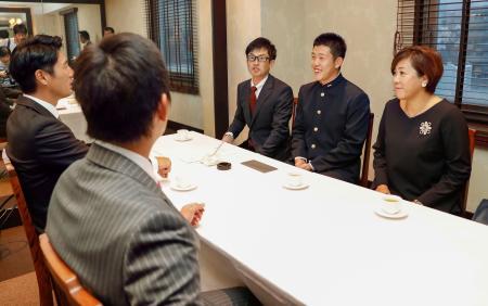 広島との入団交渉に臨む報徳学園高の小園海斗内野手(奥中央)=9日午後、神戸市