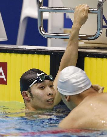 男子400メートル自由形で2位に入った萩野公介(左)=東京辰巳国際水泳場