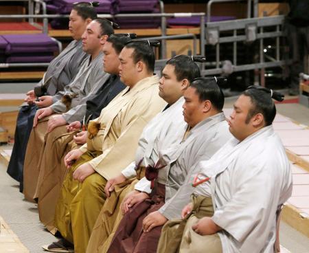 大相撲九州場所を前に、土俵祭りに出席した稀勢の里(中央)ら三役以上の力士=10日、福岡国際センター