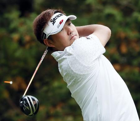 第3日、14番でティーショットを放つ秋吉翔太。通算8アンダーで単独首位=太平洋クラブ御殿場
