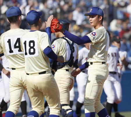 広陵にコールド勝ちしチームメートと喜ぶ星稜・奥川(右端)=神宮