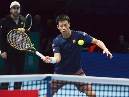 男子テニスの日東電工ATPファイナルを前に、試合会場で最終調整する錦織圭=ロンドン(共同)