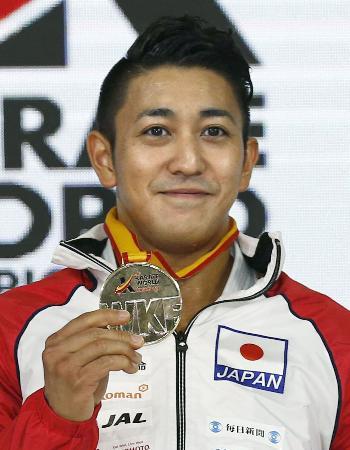 男子個人形で優勝し、金メダルを手にする喜友名諒=マドリード(共同)