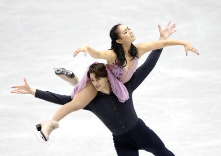 アイスダンスで8位となった小松原(上)、コレト組のフリー=広島県立総合体育館