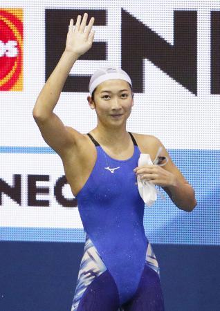 女子100メートルバタフライで優勝し、歓声に応える池江璃花子=東京辰巳国際水泳場