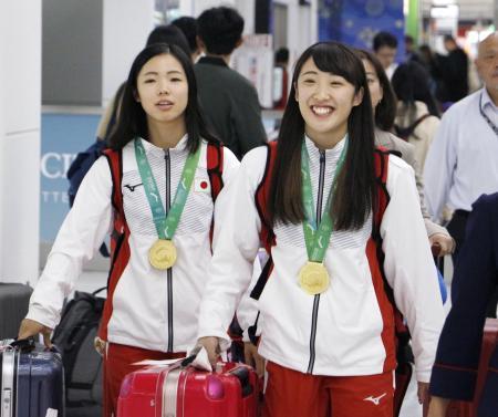 トランポリンの世界選手権女子シンクロナイズドで金メダルを獲得、成田空港に帰国した森ひかる(右)と宇山芽紅=12日午前