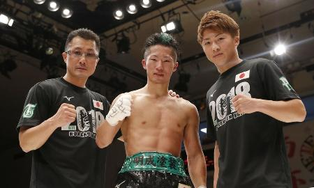 WBCバンタム級王座への挑戦権を獲得し、兄井上尚弥(右)、父真吾さん(左)とポーズをとる井上拓真=9月11日、後楽園ホール