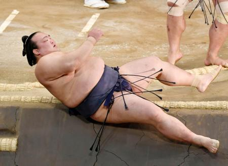 妙義龍に寄り倒され、土俵下に落ちる稀勢の里=福岡国際センター