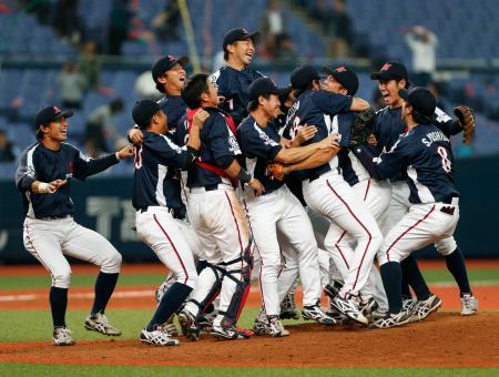 JFE西日本を破り初優勝を果たし、大喜びの三菱重工名古屋ナイン=京セラドーム