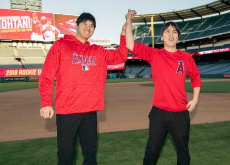 今季のア・リーグ新人王に選出され、水原通訳(右)と喜ぶ米大リーグ、エンゼルスの大谷翔平選手=12日、アナハイム(Angels Baseball提供・共同)