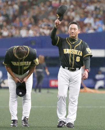 最終戦を制し、スタンドの阪神ファンにあいさつする金本知憲監督(右)=10月13日、ナゴヤドーム
