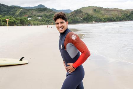 練習拠点のブラジル・マレシアスで東京五輪への意欲を語るサーフィン男子トッププロのガブリエウ・メジナ=9日(共同)