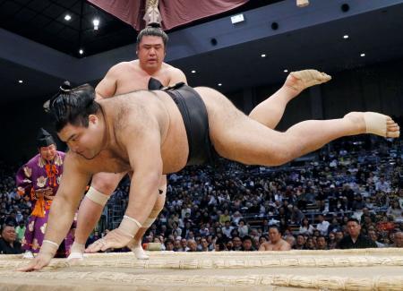 高安(手前)がすくい投げで栃煌山に敗れる=福岡国際センター