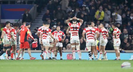 日本―イングランド 後半、逆転トライを許し、肩を落とす日本フィフティーン=トゥイッケナム競技場(共同)