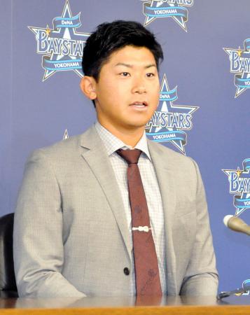 契約更改交渉を終え記者会見するDeNAの今永=18日、横浜市内の球団事務所
