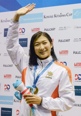 女子100メートル自由形で52秒79の日本新記録をマークし、表彰式で歓声に応える池江璃花子=東京辰巳国際水泳場