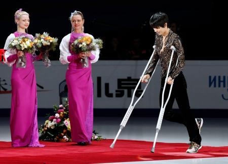 ロシア杯男子で優勝し、松葉づえ姿で表彰式に臨む羽生結弦=モスクワ(共同)