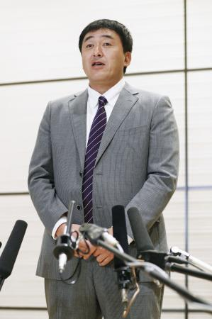 西武からFA権を行使した浅村との初交渉を終え、取材に応じる楽天の石井一久GM=18日、東京都内のホテル