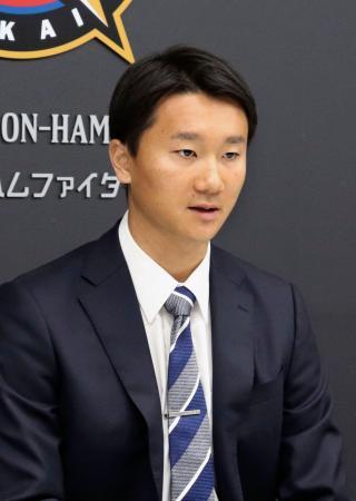 契約更改を終えて記者会見に臨んだ日本ハムの宮台=19日、千葉県鎌ケ谷市