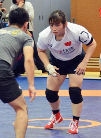 レスリング女子の強化合宿で、男子コーチとスパーリングする土性沙羅=19日、東京都北区の味の素ナショナルトレーニングセンター