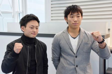 体操W杯シリーズ、コトブス国際への出発を前にポーズをとる米倉英信(左)と宮地秀享=19日、羽田空港