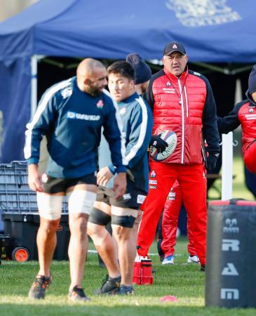練習を見守る日本代表のジョセフ・ヘッドコーチ(奥)。左手前はリーチ=チェルトナム(共同)