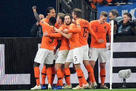 欧州ネーションズリーグのドイツ戦で同点ゴールに沸くオランダの選手たち=19日、ゲルゼンキルヘン(AP=共同)