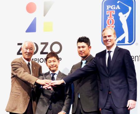 記者会見後、記念写真に納まる(左から)日本ゴルフツアー機構の青木功会長、ZOZOの前沢友作社長、松山英樹ら=20日午後、東京都内