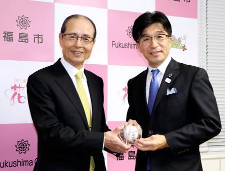 福島市役所で木幡浩市長(右)と面会し、サインボールを手渡す世界少年野球推進財団の王貞治理事長=21日午後