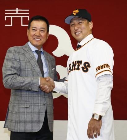 巨人の入団記者会見で、原辰徳監督(左)と握手する中島宏之内野手=22日、東京ドーム