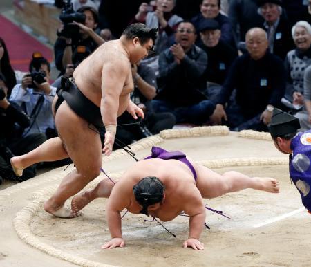 高安(左)が引き落としで貴景勝を下す=福岡国際センター
