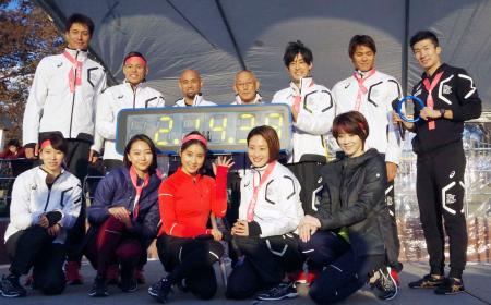 2020年東京五輪を盛り上げるイベントに参加した陸上男子の桐生祥秀選手(右端)ら=24日、東京・代々木公園陸上競技場