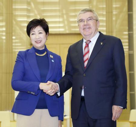 握手するIOCのバッハ会長(右)と東京都の小池百合子知事=25日午後、東京都庁