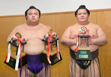 殊勲賞と敢闘賞の貴景勝(左)と敢闘賞の阿武咲=福岡国際センター