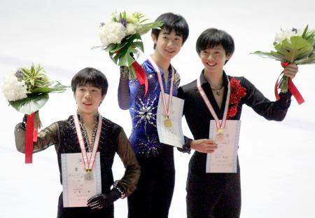 男子で優勝した壺井達也(中央)と2位の佐藤駿(左)=アクシオン福岡