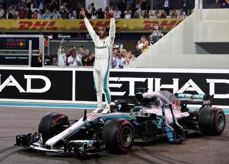 自動車のF1シリーズ最終第21戦で優勝し、喜ぶハミルトン=アブダビ(ゲッティ=共同)