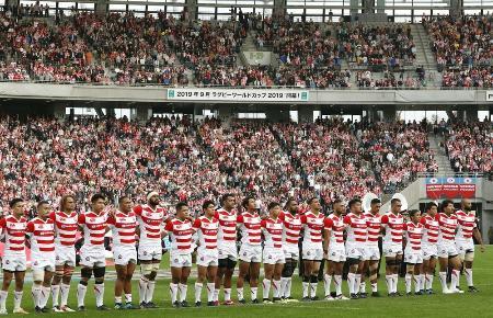 3日、ニュージーランドとのテストマッチを前に、整列する日本代表。2019年ラグビーW杯の開幕戦会場に大勢の観客が集まった=味の素スタジアム